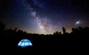キャンプで星を見る